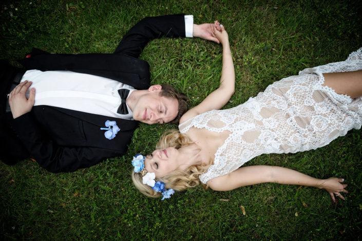 Zdjęcie ślubne z pleneru, fotografia ślubna, młoda para na trawie, fotograf ślubny z Poznania, Lightup