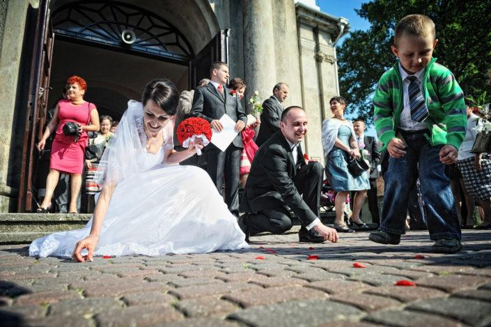 Zdjęcia slubne, fotografia ślubna, plener ślubny, przygotowania, sesja ślubna, wedding, lightup, fotograf, na ślub, inspiracje ślubne, panna młoda, ślub, kościół, zbieranie monet na szczęście