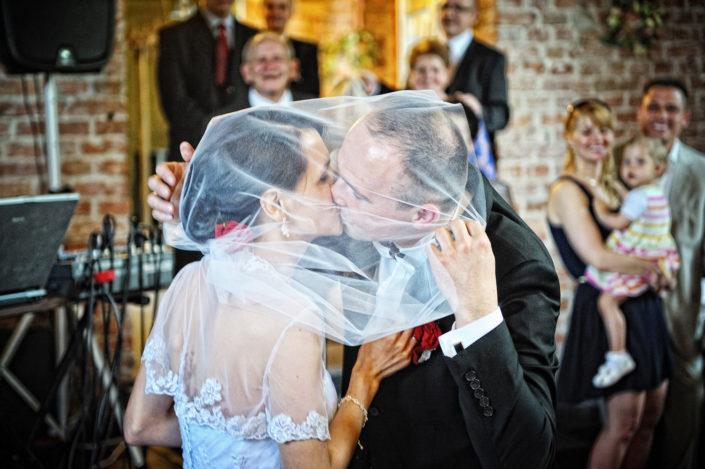 Zdjęcia slubne, fotografia ślubna, plener ślubny, przygotowania, sesja ślubna, wedding, lightup, fotograf, na ślub, inspiracje ślubne, panna młoda, ślub, wesele, pocałunek