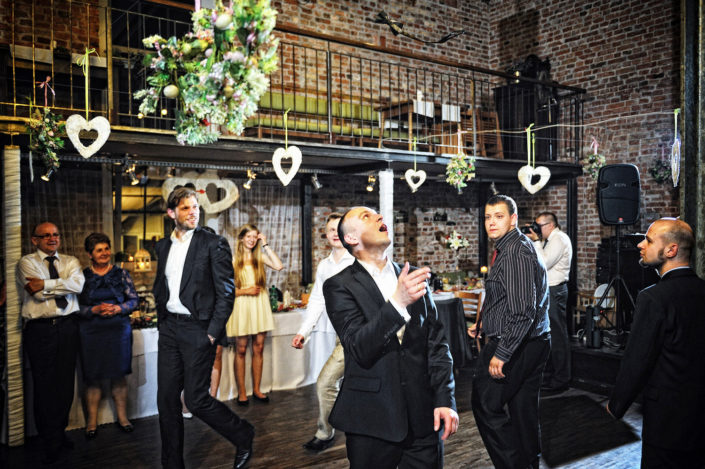Zdjęcia slubne, fotografia ślubna, plener ślubny, przygotowania, sesja ślubna, wedding, lightup, fotograf, na ślub, inspiracje ślubne, panna młoda, ślub, rzucanie muchy, oczepiny