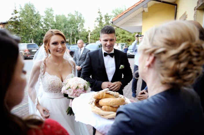 Zdjęcia slubne, fotografia ślubna, plener ślubny, przygotowania, sesja ślubna, wedding, lightup, fotograf, na ślub, inspiracje ślubne, panna młoda, ślub, chlebem i solą