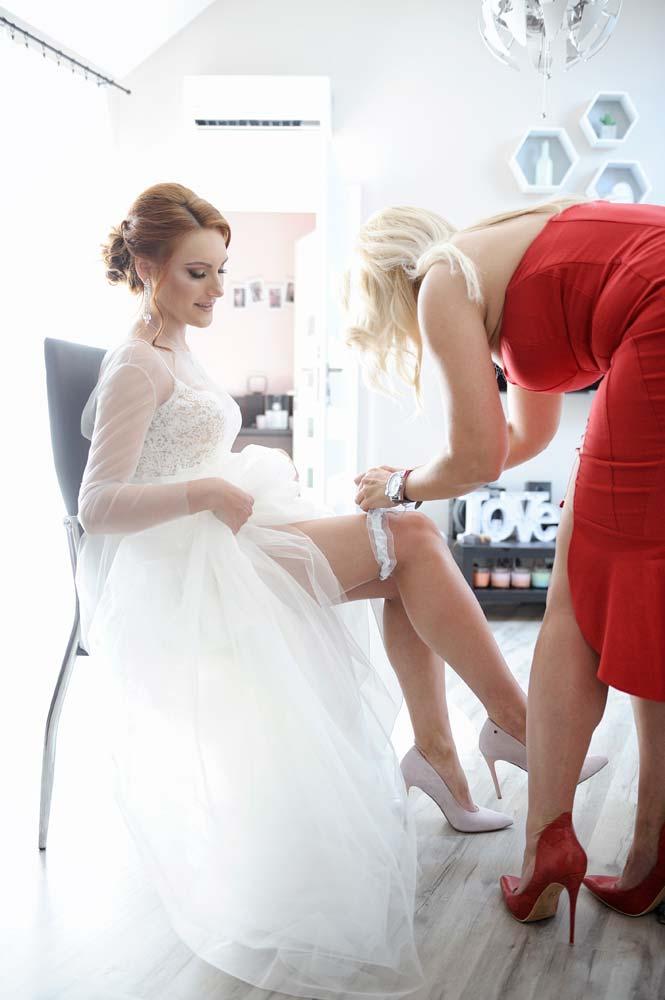 LightUp®Paweł Królikiewicz, Panna młoda, podwiązka, zdjęcia ślubne, reportaż ślubny, fotograf na wesele, fotograf ślubny, lightup