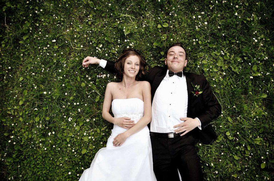LightUp®Paweł Królikiewicz, Zdjęcia z pleneru ślubnego, para młoda na trawie, fotograf Lightup